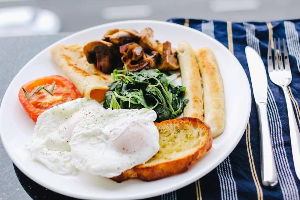 toasts aux champignons de Paris frais et aux oeufs mollets recette