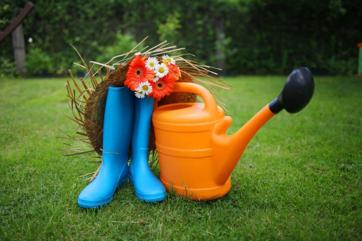 fleurs potager bottes arrosoir