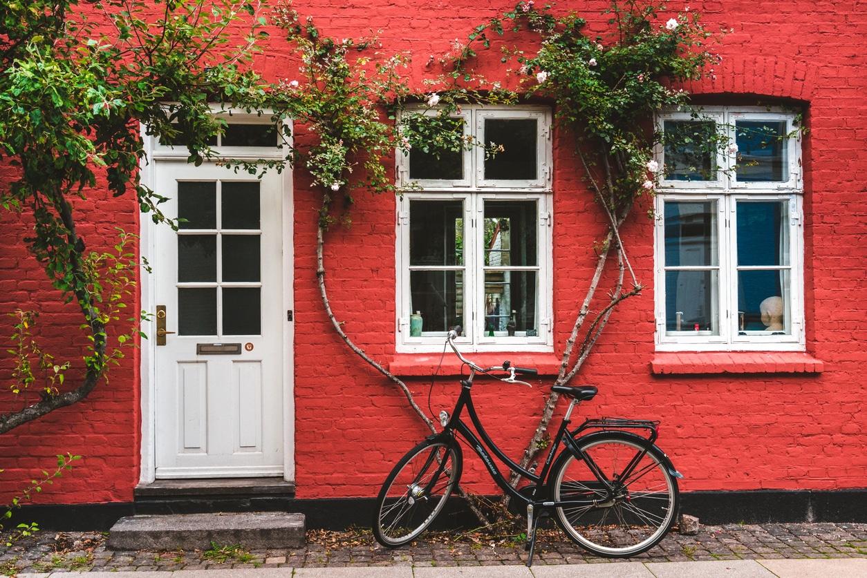 entree maison rouge plante grimpante